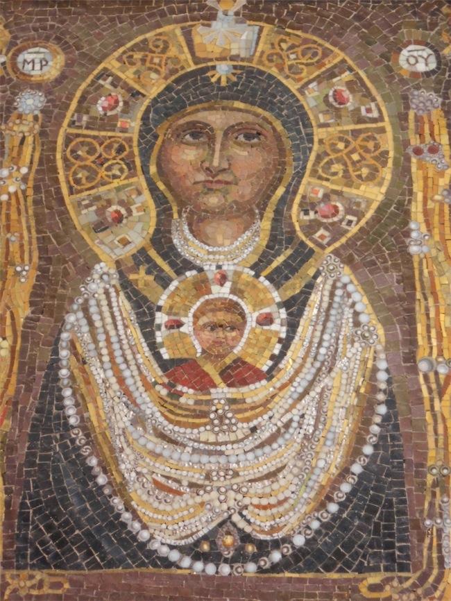 Madonna con collane